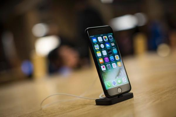 The new iPhone 7 smartphone is on display on the day of its release at Covent Garden in London on September 16, 2016.  Apple's iPhone 7 launch generated trademark queues and brisk sales today that defied gloomy expectations. / AFP / Jack Taylor / Jack Taylor        (Photo credit should read JACK TAYLOR/AFP/Getty Images)